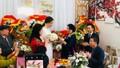 Mẹ Cường Đô La lần đầu ra mặt chào đón vợ con trai
