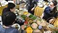 Phóng viên quốc tế thích thú với món ăn Việt Nam