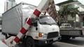 Hà Nội: Chạy ẩu lên cầu vượt, ô tô tải húc bay thanh giới hạn khiến 4 người bị thương