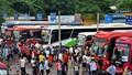 Hàng nghìn người dân đội mưa rời Thủ đô nghỉ lễ