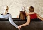 Phải làm gì khi bị bồ của chồng nhắn tin chọc tức?