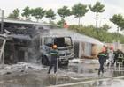 Xe chở nhiên liệu bốc cháy dữ dội tại trạm xăng