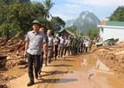 Bộ trưởng Lê Thành Long đội nắng, 'lội bộ' đến tận nhà sẻ chia với bà con vùng lũ dữ