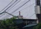 Sốc:  Người đàn ông bắt bé trai 1 tuổi lên nóc nhà rồi ném xuống đất