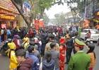 Bất chấp mưa rét, người dân vẫn xếp hàng dài chờ mua vàng