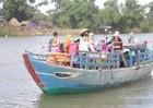 Người dân thấp thỏm lo sạt lở, học trò nín thở ngồi đò qua sông Trà Bồng