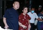 Tỷ phú 66 tuổi Hong Kong chống gậy đưa vợ bầu đi sự kiện