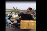Xuất hiện clip 2 thanh niên lái xe bằng chân