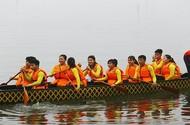 Hàng ngàn người dân đội mưa xem hội đua thuyền rồng ở Hồ Tây