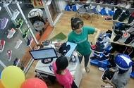 Clip 'lật mặt' người phụ nữ trộm điện thoại trong shop giày