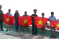 """Trao tặng cờ và sổ tiết kiệm trong chương trình """"Chung tay xoá nghèo pháp luật về biên giới, biển đảo"""""""