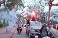 Hàng nghìn CĐV Hải Phòng đốt pháo sáng, nhuộm đỏ đường phố Hà Nội