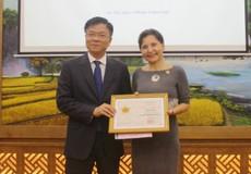 Bộ trưởng Lê Thành Long trao Kỷ niệm chương cho Đại sứ Italy