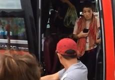 'Đuổi' 2 nữ khách Tây xuống xe, xế phụ bị tạm nghỉ việc