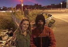 Người vô gia cư cho cô gái 20 USD mua xăng sắp có nhà và xe mới