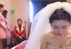 Phù dâu xinh đẹp 'cướp' chú rể ngay trong đám cưới
