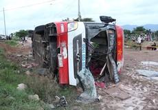 Tránh xe công nông, xe khách chở 30 người lao khỏi đường rồi lật nghiêng