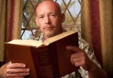 Mỹ quản chế 'tại gia' người phạm tội bằng định vị, bắt đọc sách