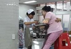 Nhân viên trường mẫu giáo bị máy xay thịt cán nát tay