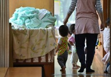 Nhật bản: Cho con đi nhà trẻ, cha mẹ như chơi xổ số