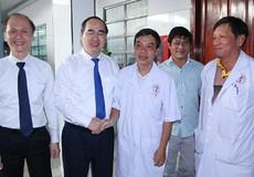 Chủ tịch MTTQ Việt Nam thăm, chúc mừng các thầy thuốc tại TPHCM