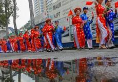 100 chú rể rước dâu bằng xe đạp ở Sài Gòn