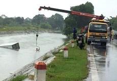 Đường trơn trượt, xe tải lao xuống mương nước