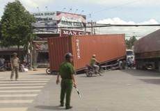 Hai xe container đâm nhau, hàng chục khối gỗ quý tràn ra đường
