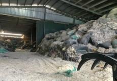 """Kinh Môn (Hải Dương): Người dân """"ngộp thở"""" vì cơ sở chế biến bột lông vũ"""