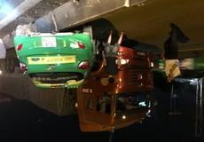 Bình Dương: Tài xế Taxi lao lên dải phân cách gần 1m