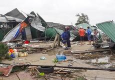 Cửa Lò xác xơ sau lốc xoáy, mái nhà rách toác vo thành đống
