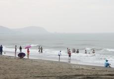 Du khách vẫn tắm biển Cửa Lò khi bão Sơn Tinh sắp đổ bộ đất liền