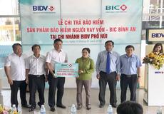BIC gặp gỡ và trao hơn 555 triệu đồng tiền bảo hiểm người vay vốn cho khách hàng tại Gia Lai