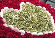Choáng trước bó hoa 'khủng' sơn vàng 'đại gia' tặng vợ