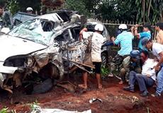 Xe tải đâm biến dạng ô tô 7 chỗ, 1 người chết, 5 người nguy kịch