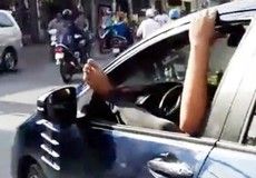 Tài xế gác chân lên cửa ô tô, phóng vun vút trên đường TP HCM