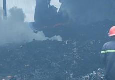 Cháy lớn thiêu rụi nhà xưởng và ô tô, hàng chục công nhân hoảng loạn