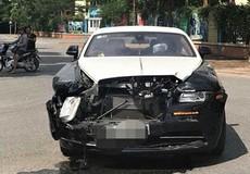 Xe Rolls-Royce toác đầu sau va chạm mạnh tại Hà Nội