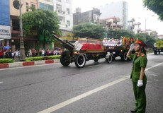 Linh cữu cố Chủ tịch nước đã về đến quê mẹ, người dân đổ ra đường bày tỏ lòng tiếc thương