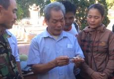 Người thân rơi nước mắt khi cầm chiếc bút khắc tên của liệt sĩ