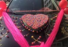 Chú rể mang 520 chiếc kẹo mút đi đón dâu