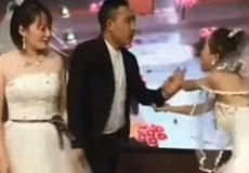Bạn gái cũ mặc váy cưới tới hôn trường 'cướp rể'