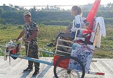 Anh chồng kéo xe tay đưa vợ trẻ đi xuyên Trung Quốc