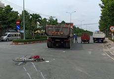Bé trai bị xe tải kéo lê hàng chục mét, cán qua người