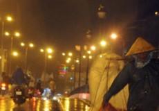 Đêm mai Hà Nội mưa rào, trời chuyển rét