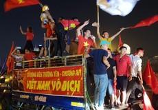 Quốc kỳ nhuộm đỏ đường Hà Nội trước trận Việt Nam - Philippines