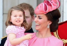 Công chúa Charlotte gây sốt vì thường xuyên diện đồ ton sur ton với mẹ