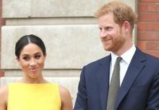 Diện đầm vàng nổi bật, Công nương Meghan Markle lại nắm tay chồng bất chấp quy tắc Hoàng gia