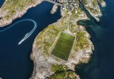 Những sân bóng lạ lùng nhất hành tinh