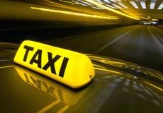 """Tài xế taxi """"tàn đời"""" vì va phải xe sang"""